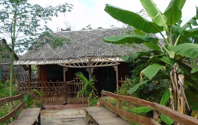 Những ngôi nhà nghĩ của lão nông Trần Văn Liền được xây dựng theo ý tưởng hướng về sinh thái với các chất liệu cây nhà lá vườn