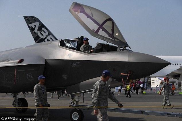 Trước đó, F-35 đã bị phàn nàn vì vấn đề thiếu oxy trong buồng lái dẫn tới việc phi công bị mệt mỏi. Hiện tại vẫn cho rõ nguyên nhân của sự việc và các kỹ sư, chuyên gia của Lockheed Martin đang tìm hiểu và khắc phục. (Ảnh: AFP)