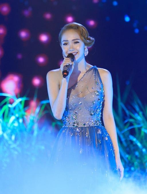 """Trước khi công bố kết quả, Minh Hằng đã lên sân khấu hát tặng khán giả ca khúc """"Ngôi sao cô đơn"""", ca khúc chính trong phim """"Sắc đẹp ngàn cân"""" mà cô tham gia."""