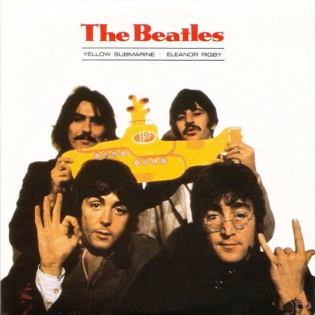 """Năm 1966, 7 năm trước khi nhóm Kiss được thành lập, danh ca huyền thoại John Lennon (phía dưới, góc phải) đã từng xuất hiện trên bìa đĩa đơn """"Eleanor Rigby with a B-side of Yellow Submarine"""" của nhóm The Beatles với một động tác tay tương tự."""