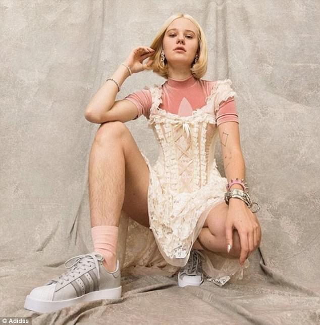 """Mặc dù đang phải đón nhận rất nhiều chỉ trích, người mẫu Arvida Byström cũng nhận được nhiều sự ủng hộ vì đã nhấn mạnh một thông điệp rằng phụ nữ không nhất thiết lúc nào cũng phải tuyệt đối """"nuột nà, nhẵn mịn""""."""