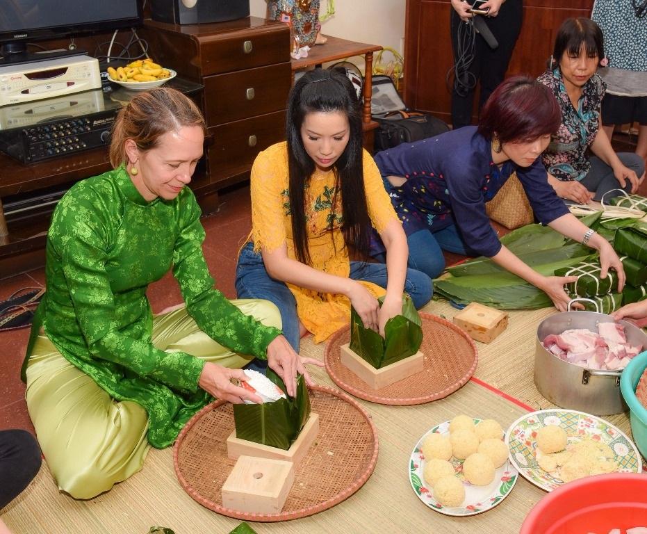 Vị khách đặc biệt của gia đình Á hậu Trịnh Kim Chi trong ngày cuối năm - Ảnh 7.