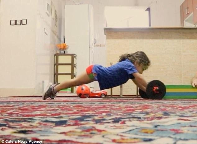 Bên cạnh việc luyện tập thể lực với cường độ khác thường so với lứa tuổi, Arat cũng giống như bao cậu bé khác, rất thích được đi chơi, tới trường và rất yêu gia đình.