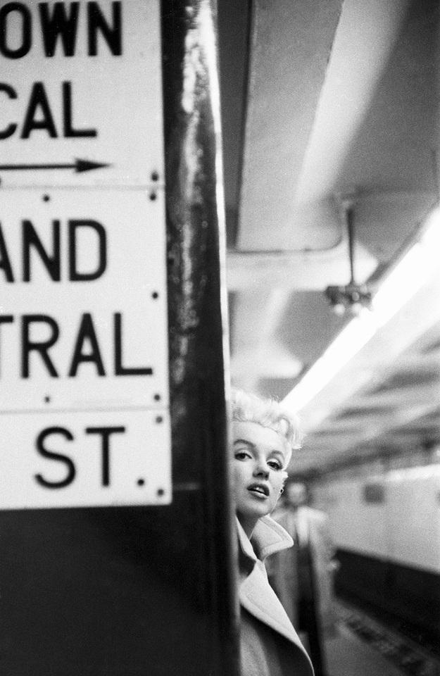 Đến New York, nàng hòa vào nhịp sống của người dân nơi đây, thường xuyên đi tàu điện ngầm thay vì di chuyển bằng taxi, một phần vì kinh tế của Marilyn thời kỳ này cũng không mấy dư dả.