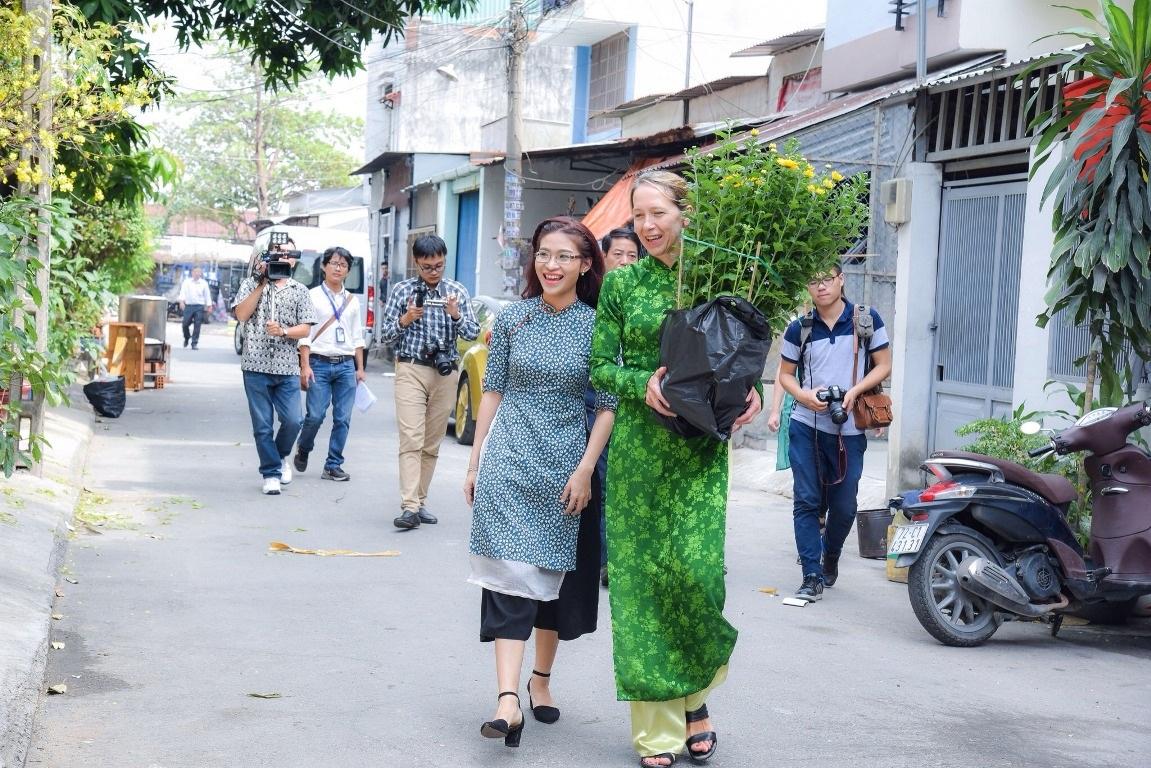 Vị khách đặc biệt của gia đình Á hậu Trịnh Kim Chi trong ngày cuối năm - Ảnh 1.