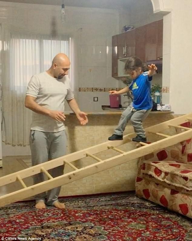 Gia đình cậu bé Arat không có nhiều dụng cụ luyện tập thể thao cho cậu, tất cả đều do cha của Arat tự nghĩ ra để thỏa mãn nhu cầu luyện tập của con mình.