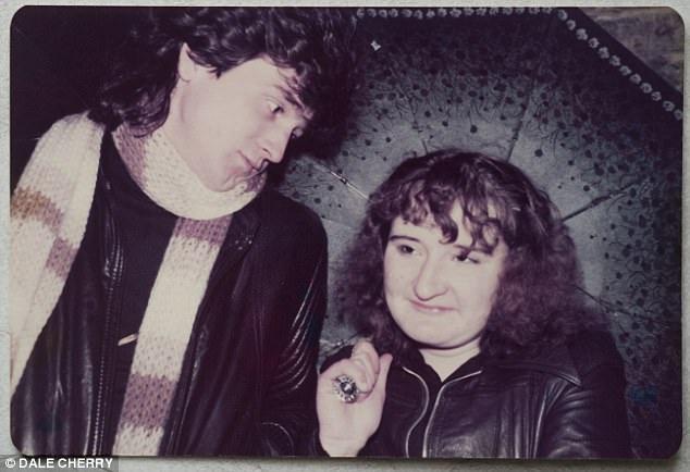 Trong suốt quá trình hâm mộ nhóm suốt hơn 40 năm, bà Heather đã có nhiều bức ảnh chụp với trưởng nhóm McKeown - người bà yêu mến và thần tượng nhất.