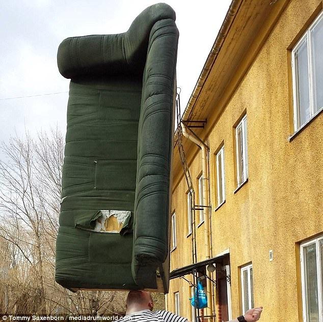 Anh Tommy Saxenborn đến từ Thụy Điển, nổi tiếng với khả năng cân bằng đồ vật. Anh có thể cân bằng cả một chiếc ghế sofa trên cằm.