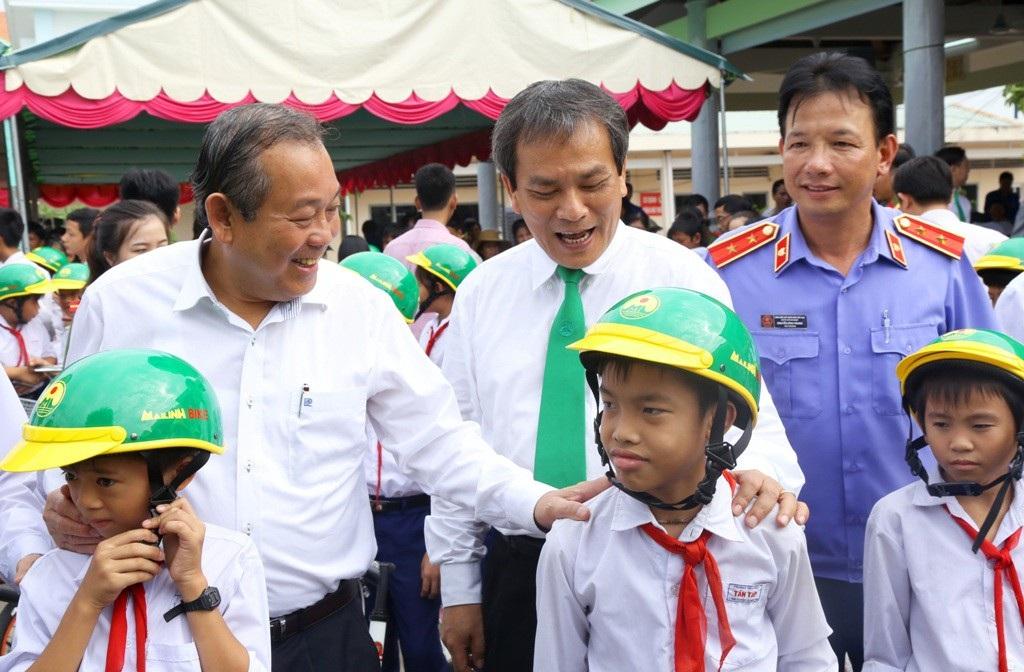 Phó Thủ tướng Trương Hòa Bình tặng hàng trăm phần quà cho người dân Long An - Ảnh 1.