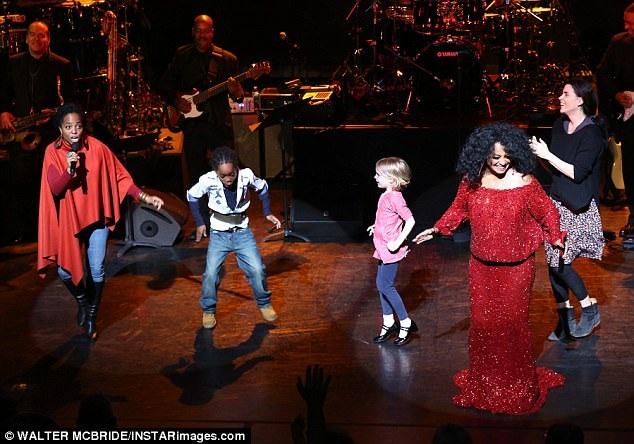 Nữ danh ca 73 tuổi đã đưa lại những khoảnh khắc vui tươi, ấm áp trên sân khấu khi cùng xuất hiện với bà trong một tiết mục còn có con gái cả của bà - nữ ca sĩ Rhonda và con trai của cô - Raif.