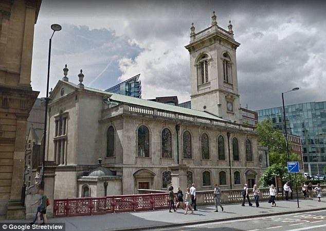 """Nhà thờ St Andrew Holborn đã có lịch sử tồn tại hơn 1.000 năm, công trình này được xây dựng lại sau khi xảy ra vụ """"Đại hỏa hoạn London"""" hồi năm 1666."""