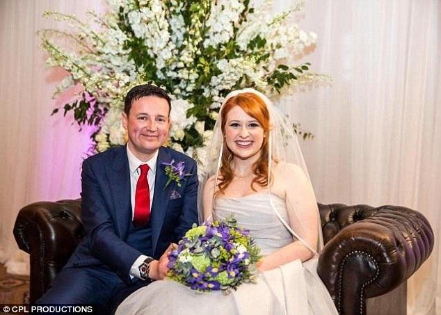 """Cặp đôi duy nhất thành công của mùa phát sóng """"Married at First Sight"""" (Anh) năm 2016 - Caroline 28 tuổi và Adam 34 tuổi - đã chính thức khẳng định họ đã chia tay sau 5 tháng chung sống. Chiếc váy cưới mà Caroline từng mặc được cô mang rao bán trên mạng với giá 850 bảng Anh (24 triệu đồng)."""