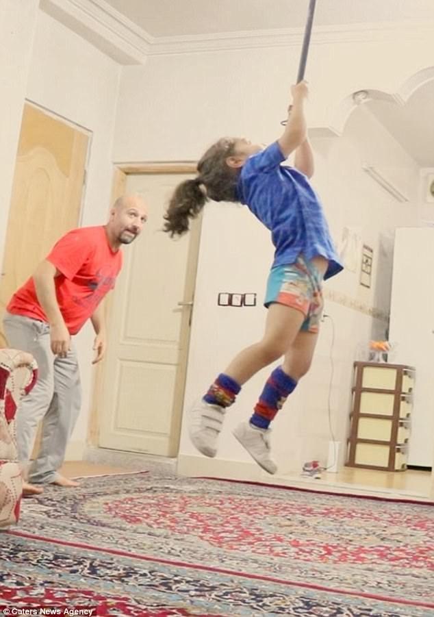 Ngôi nhà nhỏ chính là phòng luyện tập và cha chính là huấn luyện viên của Arat.