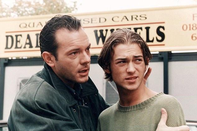 """Paul (trái) xuất hiện trong loạt phim truyền hình nổi tiếng của Anh - """"EastEnders"""" hồi năm 1996."""
