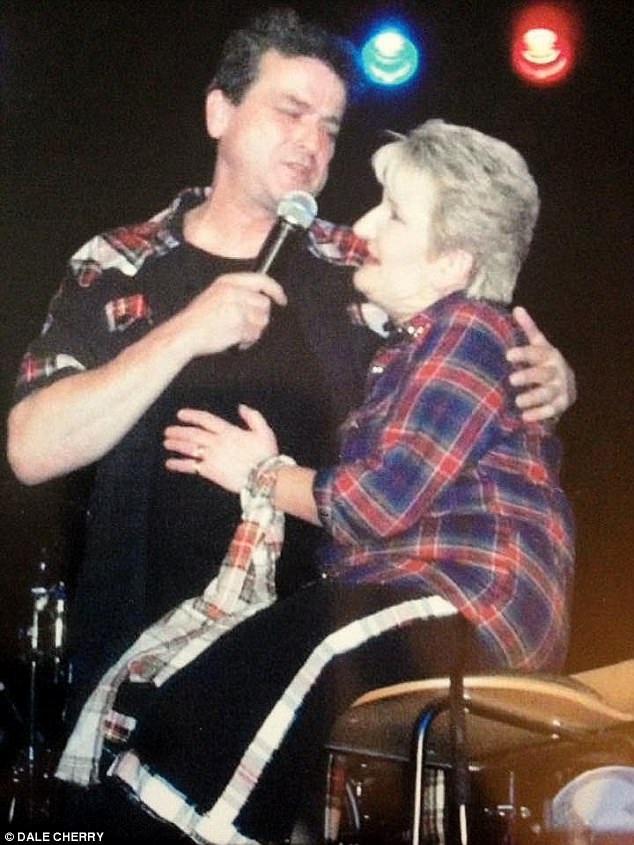 Mối quan hệ của bà Heather và nhóm Bay City Rollers bắt đầu có dấu hiệu xấu đi kể từ tháng 4 khi họ đưa bà vào danh sách khán giả hạn chế. Trong ảnh là bà Heather và trưởng nhóm McKeown hồi năm ngoái khi ông mời bà lên sân khấu cùng song ca.
