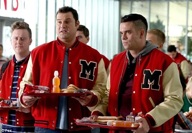 """Salling bắt đầu được biết tới sau khi xuất hiện trong loạt phim truyền hình nhạc kịch """"Glee""""."""
