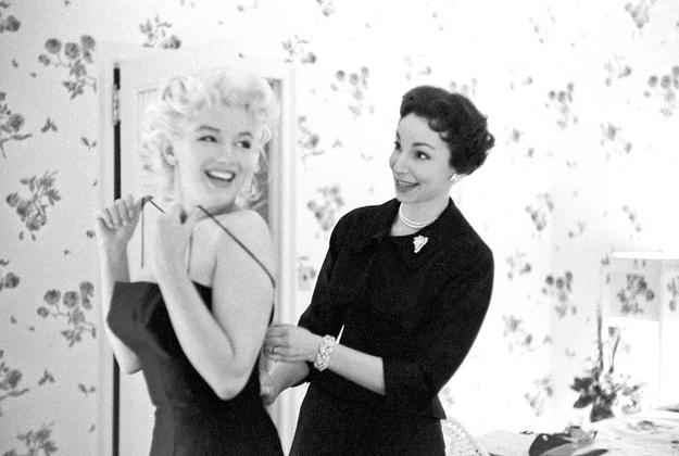 Marilyn háo hức thử đồ để chuẩn bị tham gia một sự kiện.