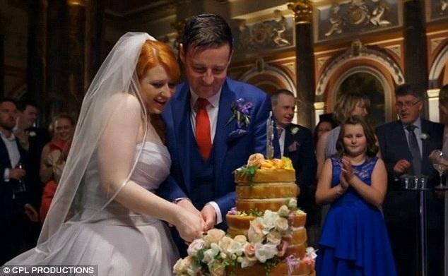 """Adam và Caroline đã đăng ký tham gia chương trình """"Married at First Sight"""" và được ghép đôi với nhau. Họ nhanh chóng tổ chức hôn lễ theo đúng tiêu chí của chương trình - """"Cưới ngay từ cái nhìn đầu tiên""""."""