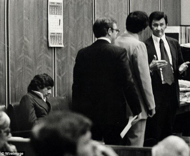 Polanski xuất hiện tại tòa trong một phiên xử hồi năm 1977.