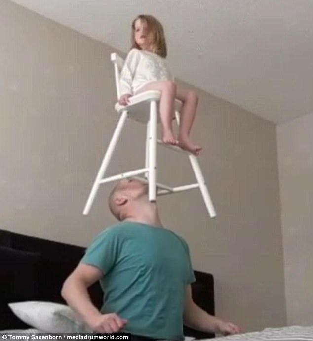 Con gái của Tommy an tâm ngồi trên chiếc ghế để cha cân bằng.
