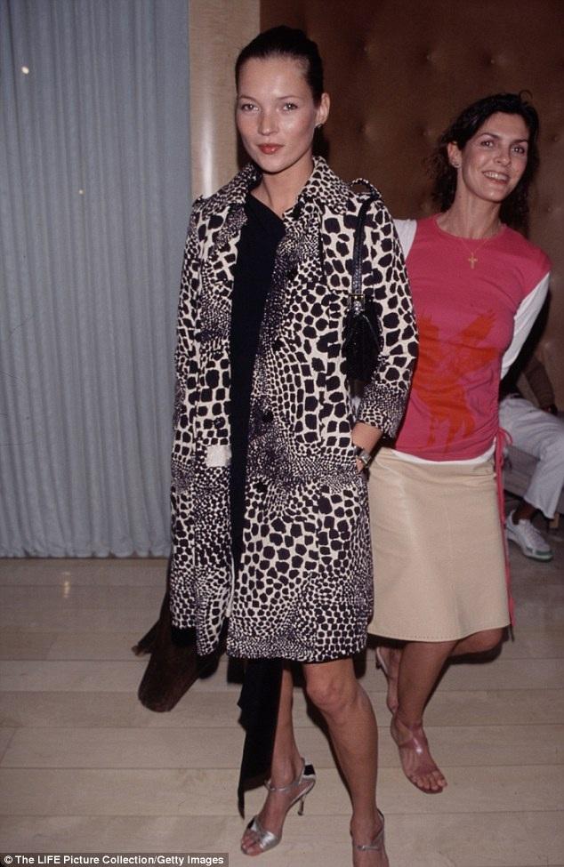 Kate lần đầu diện phong cách áo khoác họa tiết da báo kết hợp với váy đen tại một cuộc triển lãm đồ trang sức tổ chức ở Los Angeles, Mỹ, hồi tháng 11/1999.
