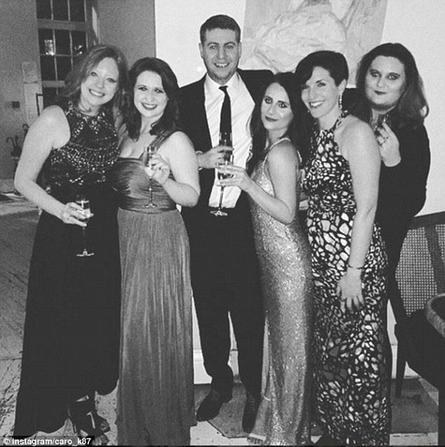 Một bức ảnh chụp Caroline chào đón năm mới 2017 bên bạn bè nhưng không hề có Adam ở bên.