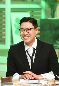 """Lee Sang-min xuất hiện trong chương trình tin tức giải trí """"Section TV Entertainment News"""" của đài MBC."""