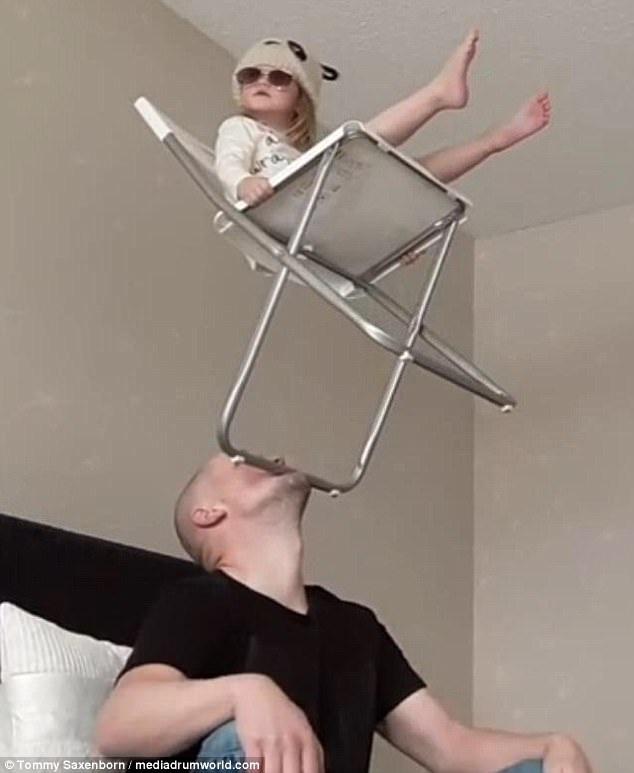 Con gái của anh đã xuất hiện trong nhiều video clip cân bằng của cha.
