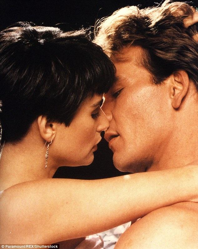 """Đứng thứ ba là nụ hôn nóng bỏng giữa Sam và Molly trong """"Ghost"""" (Oan hồn - 1990)."""
