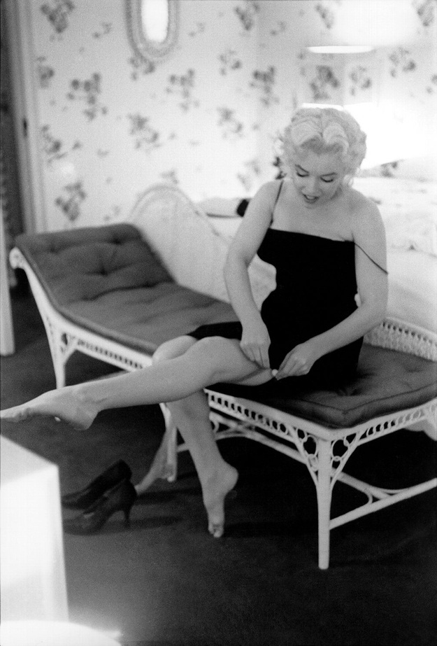 Người đẹp không có người hỗ trợ phục sức như ở Hollywood. Ở New York, nàng chỉ là một nữ diễn viên bình thường như bao nhan sắc khác, và điều đó không khiến Marilyn cảm thấy phiền lòng. Vốn là một cá tính hòa đồng và thân thiện, nàng dường như còn thích thú với việc tự mình phục sức.