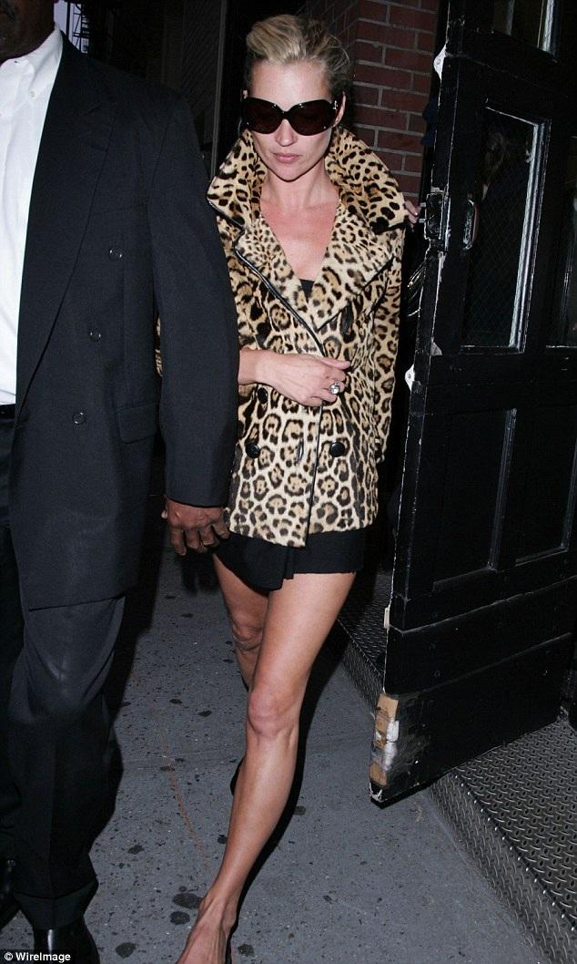 Tháng 9/2006, Kate Moss xuất hiện tại New York trong một chiếc váy ngắn màu đen sexy kết hợp với một chiếc áo khoác họa tiết da báo khá ngắn, tạo nên nét mới mẻ, trẻ trung cho phong cách quen thuộc của cô.