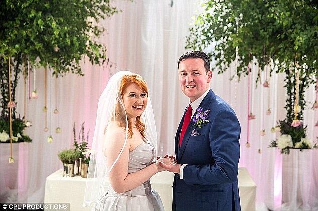 """Cặp đôi Adam và Caroline trong hôn lễ do ê-kíp sản xuất chương trình """"Married at First Sight"""" tổ chức."""