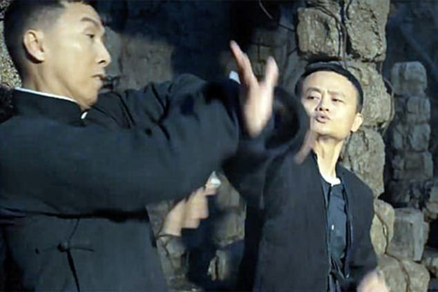 Jack Ma (phải) đấu Chân Tử Đan (trái). Chân Tử Đan vốn được người yêu điện ảnh Châu Á biết tới với vai diễn võ sư Diệp Vấn trong loạt phim cùng tên.