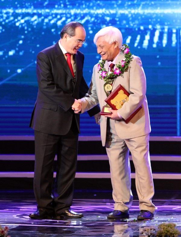 Mái đầu bạc của TS Sinh trên sân khấu lễ trao giải Nhân tài Đất Việt khiến lớp trẻ khâm phục. (Ảnh: Hữu Nghị)