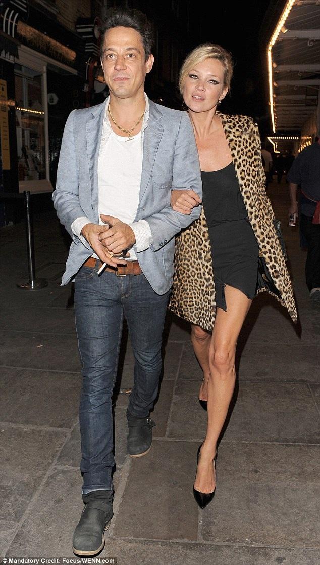 Kate Moss trong một buổi tối dạo phố cùng người chồng một thuở - rocker Jamie Hince - hồi tháng 9/2009. Đây là thời điểm ngay sau khi cặp đôi tổ chức hôn lễ, Kate vẫn lựa chọn công thức thời trang quen thuộc cho một buổi tối vui vẻ bên chồng mới cưới.