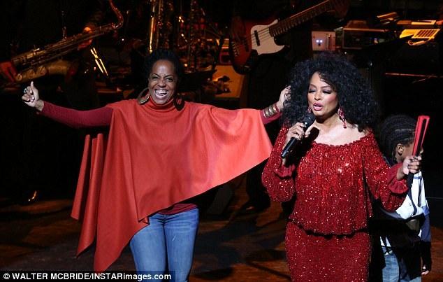 Trong một tiết mục, 3 thế hệ nhà nữ danh ca đã cùng xuất hiện trên sân khấu, bao gồm Diana Ross, con gái cả của bà - Rhonda (45 tuổi) và cháu trai Raif (7 tuổi).