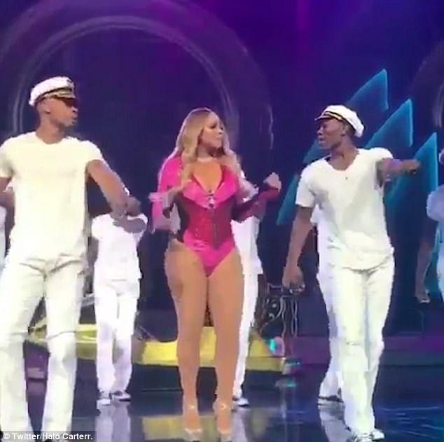 Một đoạn video clip được ghi lại tại một buổi biểu diễn gần đây của Mariah Carey đang được lan truyền trên mạng, cho thấy nữ danh ca thực hiện các động tác nhảy múa khá vụng về trên sân khấu.