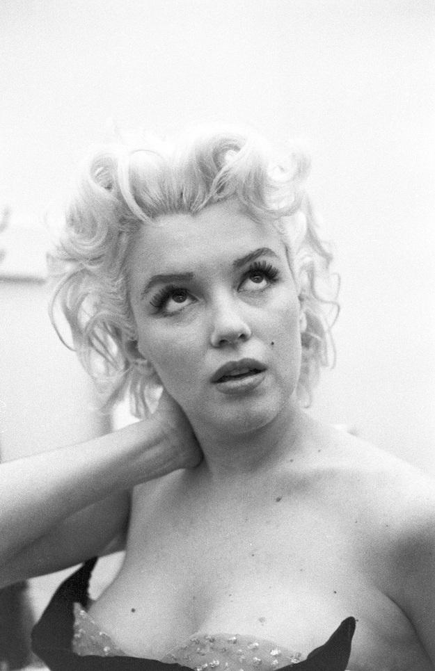Marilyn cũng có những giây phút bồn chồn, lo lắng trước khi bước lên sân khấu, dù đã là một ngôi sao nổi tiếng ở Hollywood.