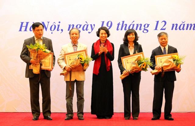 Bà Nguyễn Thị Minh, Thứ trưởng, Tổng Giám đốc BHXH VN (giữa) trao Kỷ niệm chương vì sự nghiệp BHXH tới lãnh đạo các cơ quan báo chí: (Từ trái sang phải) Ông Vi Quang Đạo, Tổng Giám đốc Cổng thông tin điện tử Chính phủ; ông Phạm Huy Hoàn, Tổng Biên tập Báo Điện tử Dân trí; bà Nguyễn Thị Thu Hiền - Phó Tổng Giám đốc Đài truyền hình Việt Nam và ông Phan Huy Hiền, Phó Tổng biên tập Báo Nhân Dân.