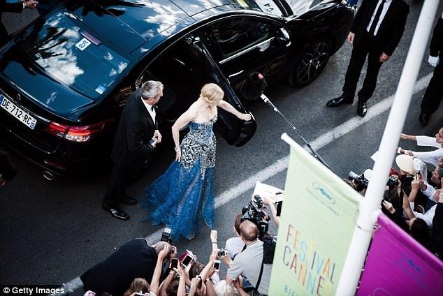 """Hàng năm, liên hoan phim điện ảnh lớn nhất thế giới đều thu hút sự tham gia của những ngôi sao điện ảnh nổi tiếng đến từ nhiều quốc gia. Trong ảnh là """"thiên nga Úc"""" Nicole Kidman tham dự lễ khai mạc LHP Cannes 2014."""