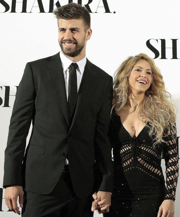 Shakira và Gerard Piqué - Khoảng cách 10 tuổi: Nữ ca sĩ của dòng nhạc Latinh nóng bỏng đã gắn bó với cầu thủ bóng đá người Tây Ban Nha - Gerard Piqué từ năm 2010, hiện giờ cặp đôi đã có hai người con trai. Dù ở tuổi 40 nhưng Shakira vẫn chưa bao giờ thôi lôi cuốn, quyến rũ.