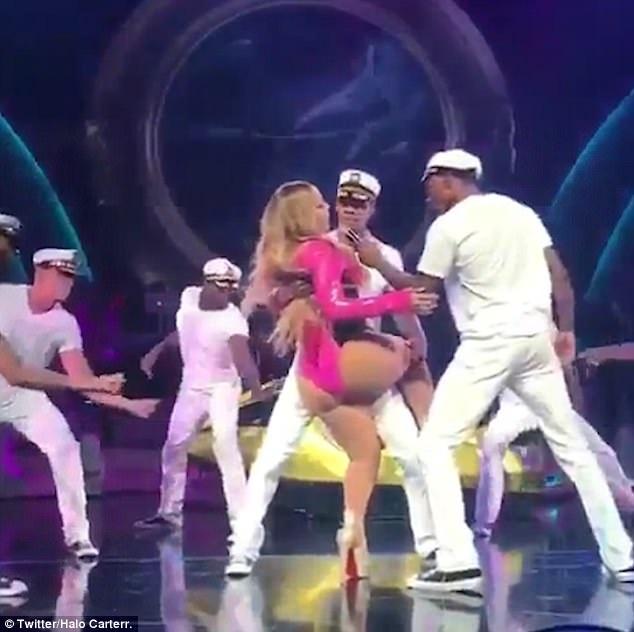 Nữ ca sĩ 47 tuổi tỏ ra khá bị động trong bài nhảy và không có sự phối hợp ăn ý với các vũ công.