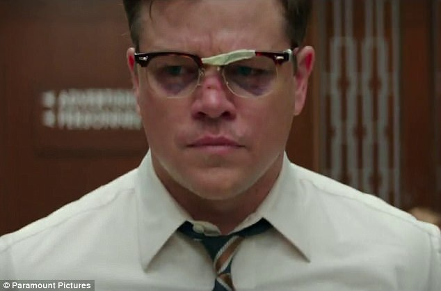 """Trong """"Suburbicon"""", Matt Damon vào vai người cha có tên Gardner. Cảnh phim mở đầu với hình ảnh Gardner đánh thức cậu con trai dậy vì căn nhà của gia đình họ vừa bị đột nhập. Lúc sau, Gardner bị kẻ đột nhập tấn công. Ở cảnh tiếp theo, vợ của Gardner bị sát hại."""