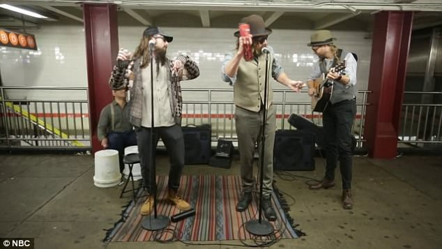 Nhóm Maroon 5 đã đồng hành cùng MC nổi tiếng Jimmy Fallon. Tất cả họ cùng cải trang để trở thành những nghệ sĩ đường phố vô danh, biểu diễn trong ga tàu 50th Street ở New York.