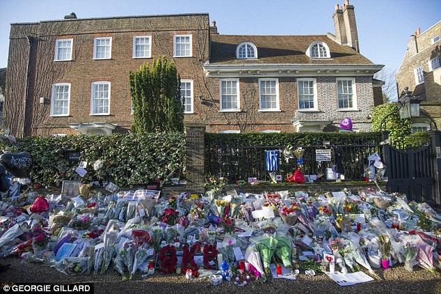 Người hâm mộ khắp thế giới vẫn tưởng nhớ ngôi sao ca nhạc George Michael và tới đặt hoa bên ngoài nhà anh.