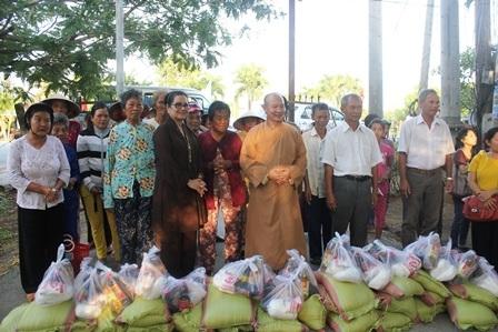 Đoàn trao quà cho người nghèo ở xã Bình Thới (Bình Đại, Bến Tre)