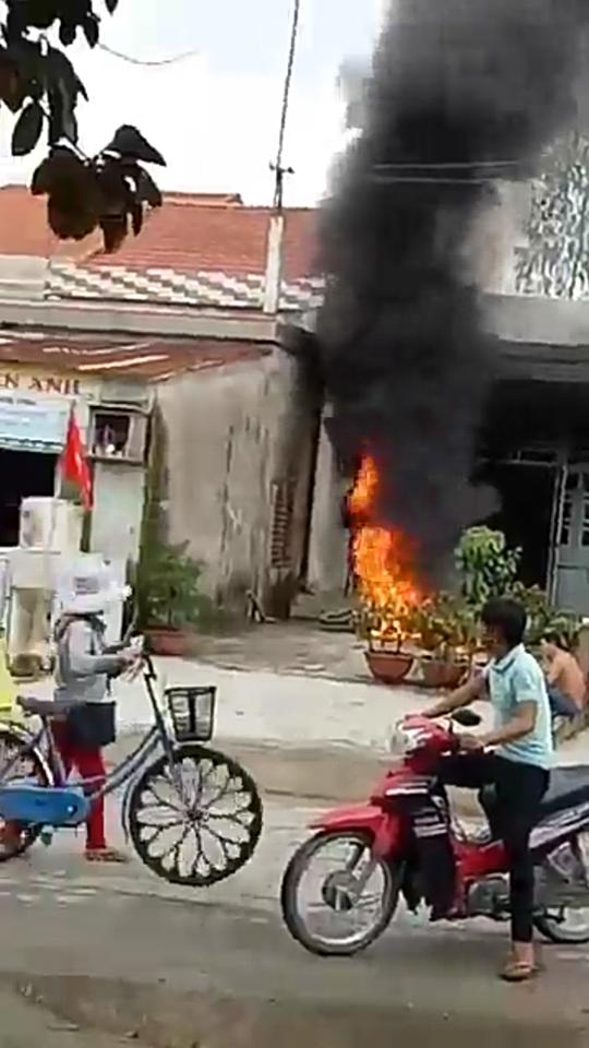 Giận vợ, chồng đốt 2 xe máy cháy rụi - 2
