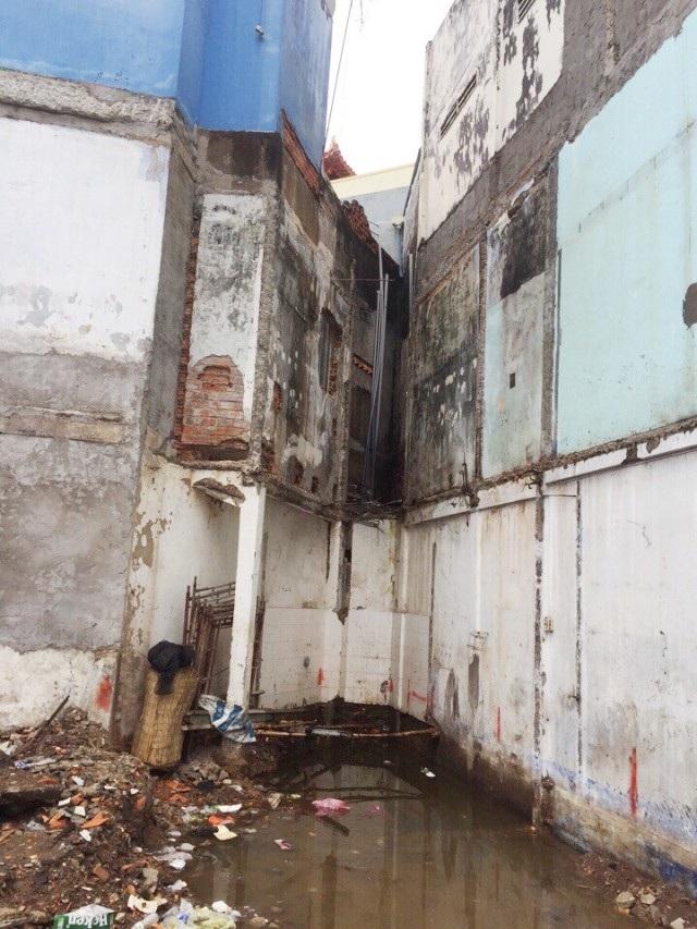 Tường bị đóng rong, thể hiện trước khi bán đấu giá, nơi đó là khu đất trống. Ảnh: Hiện trạng trước khi căn nhà số 1-3 Đề Thám chưa xây dựng.