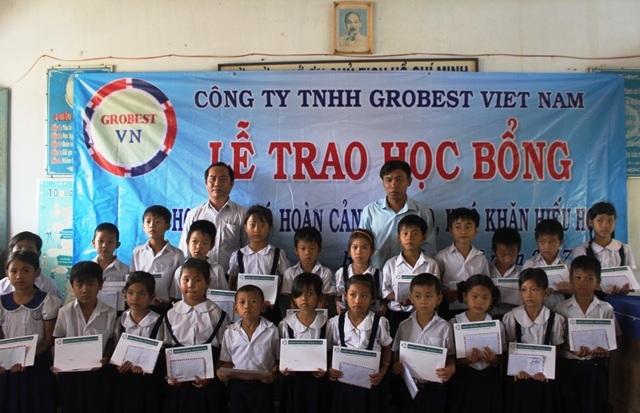 Học sinh nghèo, hiếu học ở Bến Tre nhận học bổng Grobest