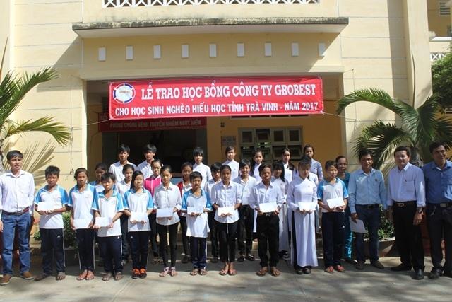 Học sinh nghèo tại Trường THCS Thuận Hòa nhận học bổng Grobest